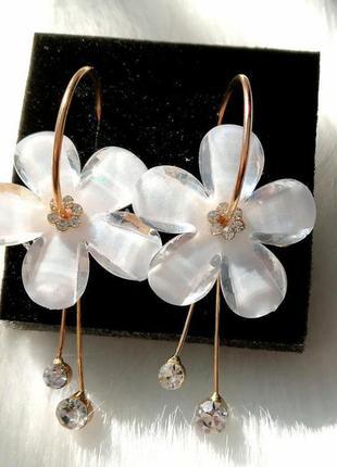 Серьги с белым цветком