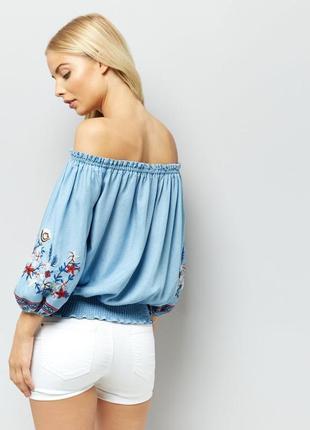 Красивая джинсовая блуза с вышивкой new look.3 фото