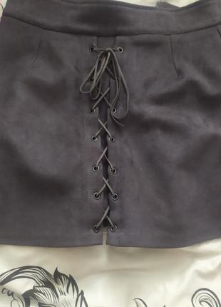 Замшевая брендовая юбка на шнуровке спереди серая юбка женская
