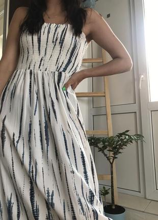 Летнее белое платье миди макси с драпировкой на груди