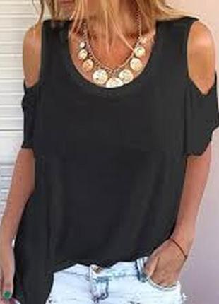 Чёрная футболка большого размера на шикарные формы оголённые плечи