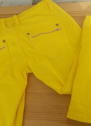 Яскраві стильні джинси