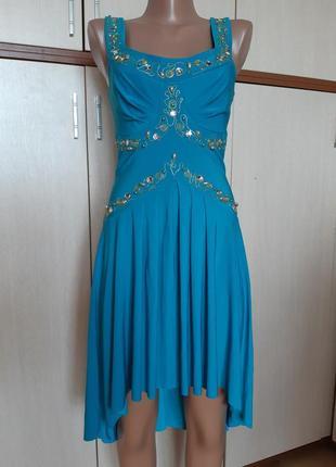Нарядное бирюзовое платье с декором