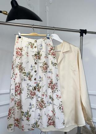 Вискозная юбка-миди в цветы на пуговицах