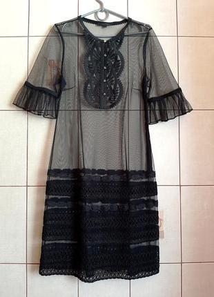 Черное шифоновое платье с декором и кружева