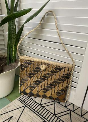Красивая плетёная из соломы сумочка в бежево-коричневых тонах. есть ручка