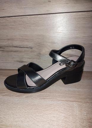 Шикарные босоножки 🌿 на устойчивом каблуке сандалии классика