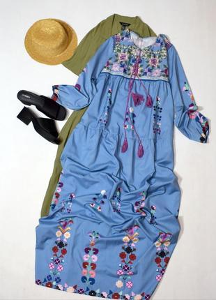Довге ярусне плаття з принтом вишивки