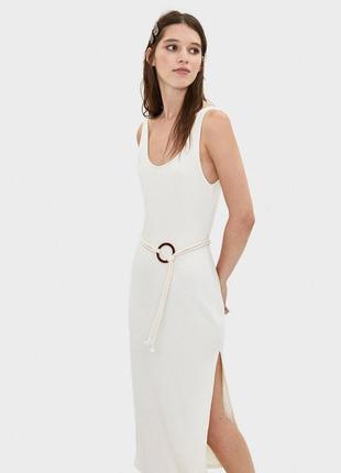 Сарафан платье миди в рубчик с поясом с разрезом нюдовое bershka