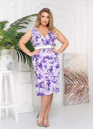 Платье в цветочек с поясом