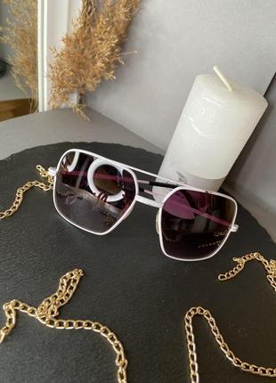 Очки солнечные с белым ободком удобные