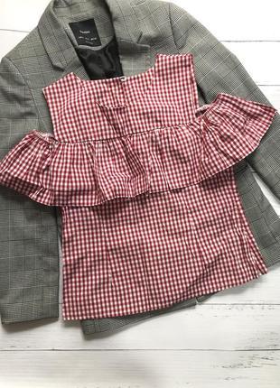 Блуза с воланом на плечи