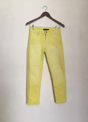 Яркие лимонные скинни от синди кроуфорд