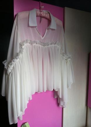 Воздушная белая блузка оверсайз с воланами