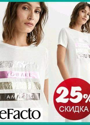 Белая женская футболка defacto / дефакто с розово-золотисто-серебристым ажурным принтом