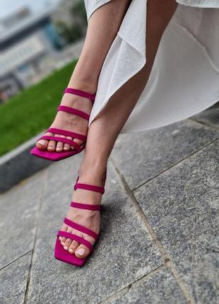 Яркие и стильные босоножки на тонких лямках