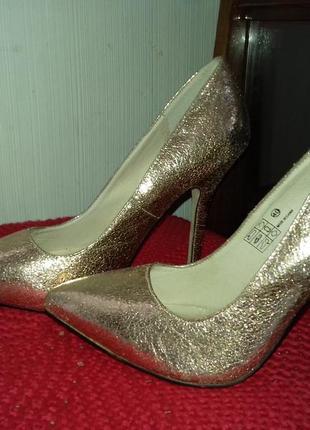 Нереально шикарные кожаные золотые туфли лодочки на шпильке