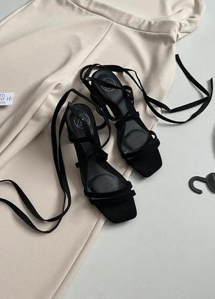 Роскошные босоножки с завязками missguided