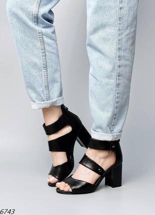 Босоножки на удобном каблуке чёрные эко кожа замочек на пяточке