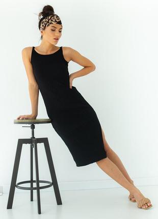 Приталенное платье миди в рубчик с разрезом