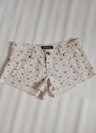 Короткие шорты в мелкий цветочек