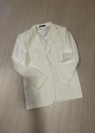Пиджак жакет с плечами в мужском стиле белый