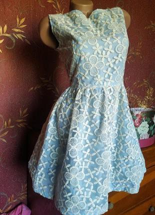 Голубое приталенное короткое платье расшитое цветами с вырезом по спинке от boohoo