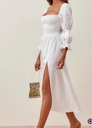 Белое платье из натурального льна с разрезом