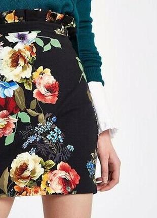 Черная короткая юбка с цветочным принтом с рюшами по верху от riverisland