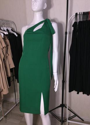 Зелёное платье с разрезом