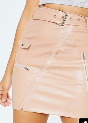 Стильтильная бежевая юбка из эко кожи на молнии с кармашками prettylittlething