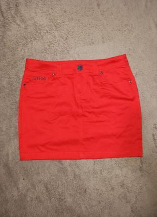 Яркая красная мини юбка