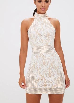 Pretty little thing платье белое на бежевой подкладке короткое с чокером кружевное