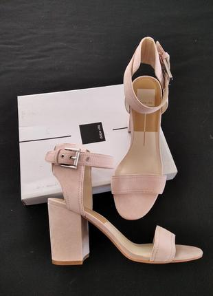 Замшевые босоножки на каблуке