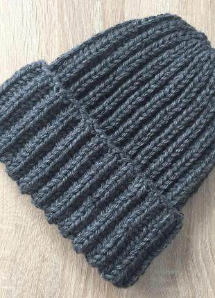 Вязаная шапка ручной работы серого цвета полушерсть