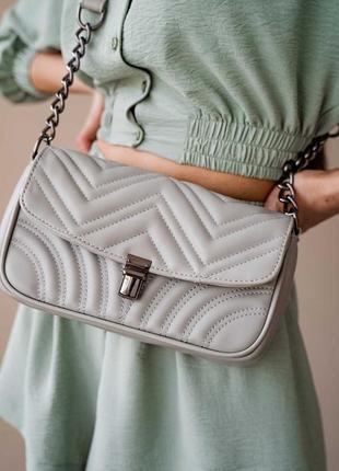 Серый стеганый клатч с цепочкой наплечная серая стеганая сумка на цепочке кросс боди