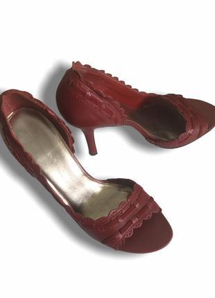 Босоножки с закрытой пяткой на каблуке на широкую ножку