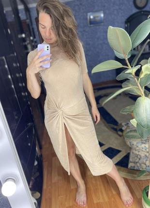 Крутое бежевое платье водолазка по фигуре с разрезом трендовая ткань uk 12