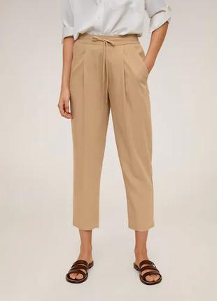 Бежевые легкие брюки от mango
