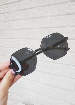 Очки солнцезащитные черные стильные тренд