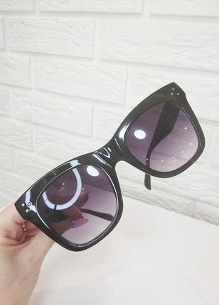 Очки солнцезащитные с массивной оправой чёрные летние
