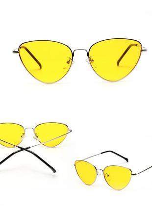 Солнцезащитные очки-лисички с тонкой золотой металлической оправой и желтой линзой