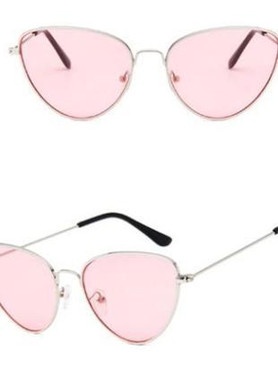Солнцезащитные очки-лисички с тонкой серебряной металлической оправой и розовой линзой