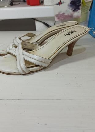 Белые босоножки на каблуке нудно отбеливание   длина 24 см каблук 5 см