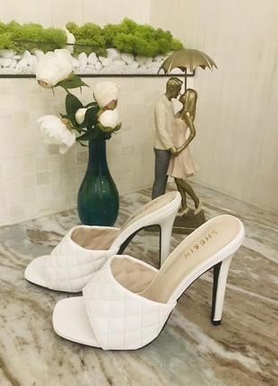 Белые босоножки на каблуке с открытой пяткой shein