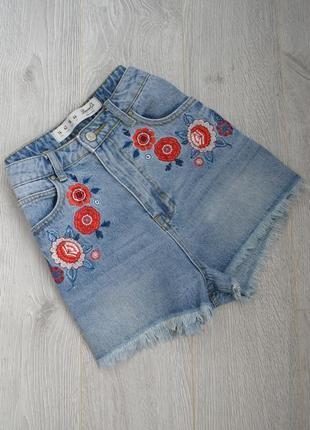 Короткие высокие джинсовые шорты с вышивкой и необработанными краями