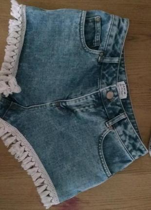 Короткие шорты с бахрамой