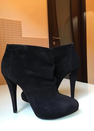 Замшевые ботилены на высоком каблуке