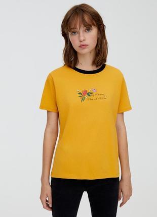 Футболка желтая хлопковая с принтом надписью pull & bear