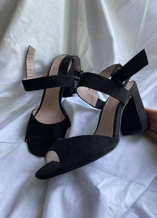 Новые босоножки трендовые на каблуке чёрные